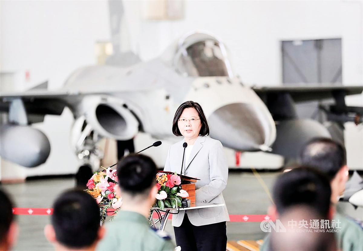 中共軍機近期頻頻擾台,台灣總統蔡英文22日赴澎湖視導空軍「天駒部隊」,她致詞時強調,她對空軍有信心,身為中華民國空軍,「我們怎麼可以讓別人在自己的領空上耀武揚威」。(中央社)