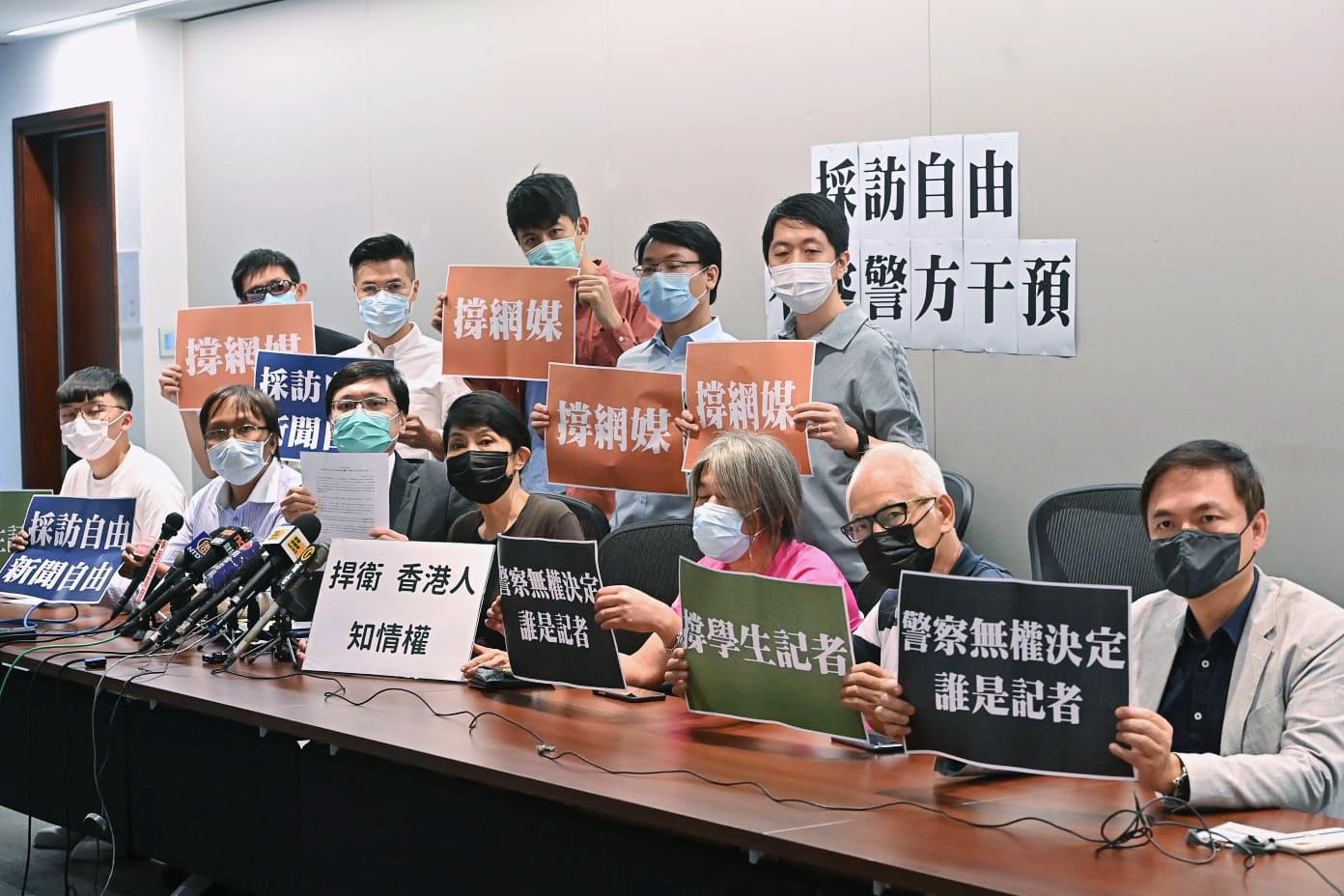 香港立法會議員許智峯(後排右一)、毛孟靜(前排左四)昨日聯同一班地區人士召開記者會,反對警方修改《警察通例》的「傳媒代表」定義。(宋碧龍/大紀元)