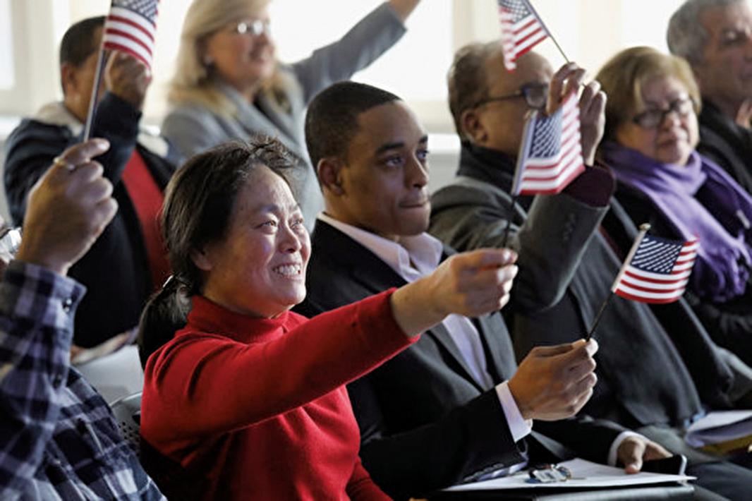 2月26日,美國司法部宣佈設立新單位,專責處理除籍訴訟程序,撤銷外國人以非法手段取得的公民身份。圖為2018年1月22日在新澤西州宣誓入籍的人士。(Getty Images)