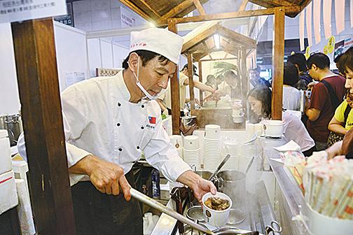 來自台灣的程班長牛肉麵吸引數百市民排隊購買品嚐。(宋祥龍/大紀元)