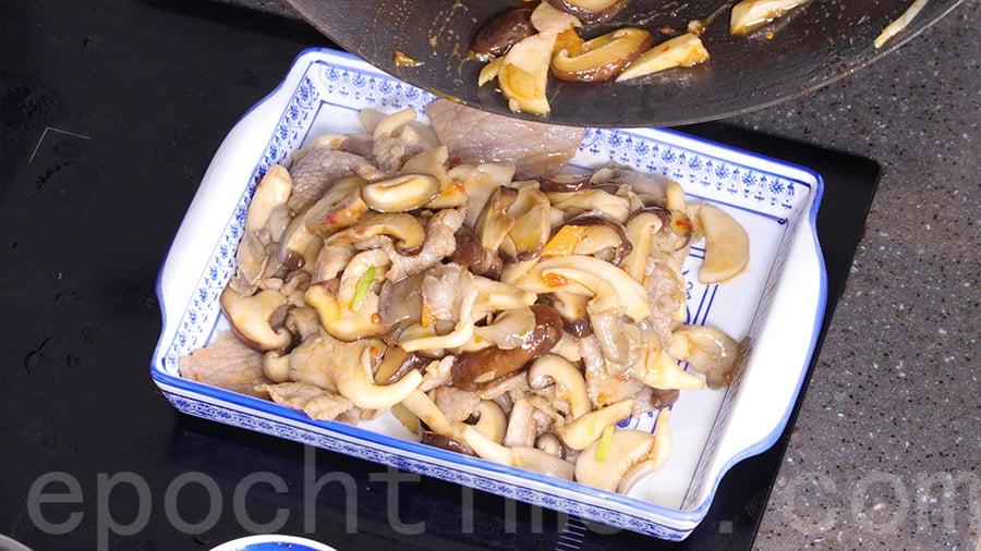 待牛肉和雜菇熟透後,便可以上碟享用。(陳仲明/大紀元)