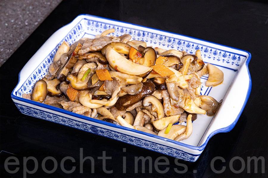 嫩口香滑的「雜菇炒牛肉」。(陳仲明/大紀元)