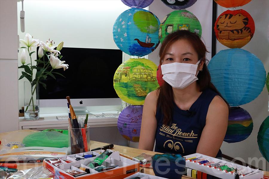 「花Mi貓」義工Carrie透過參與畫燈籠活動進一步認識大澳。(陳仲明/大紀元)