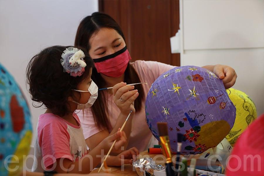 「花Mi貓」義工晴晴今年是第三年參與手繪燈籠活動。(陳仲明/大紀元)