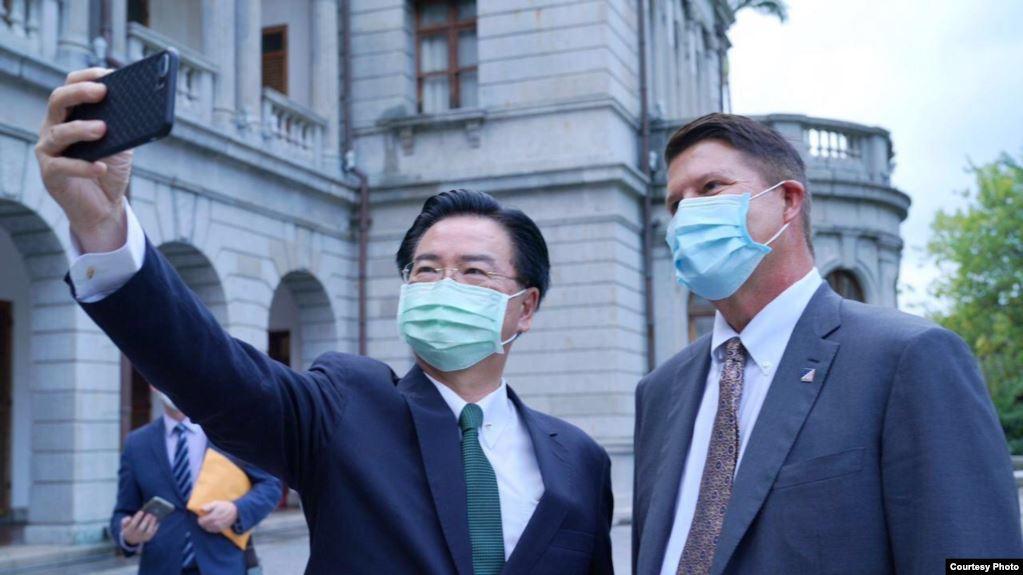 中華民國外交部部長吳釗燮9月24日表示,台灣暫時無意與美國建立正式外交關係,但台灣仍希望進一步加強美台關係。圖為他於9月18日與美國副國務卿克拉奇在台北賓館自拍。(圖片來源:中華民國外交部)