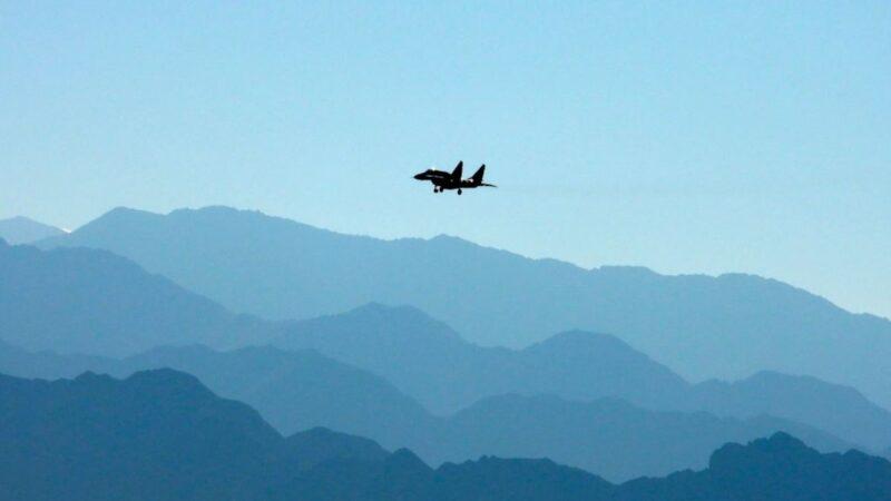2020年9月15日,一架印度空軍戰鬥機飛越拉達克地區的列城(Leh)山脈上空。( MOHD ARHAAN ARCHER/AFP via Getty Images)