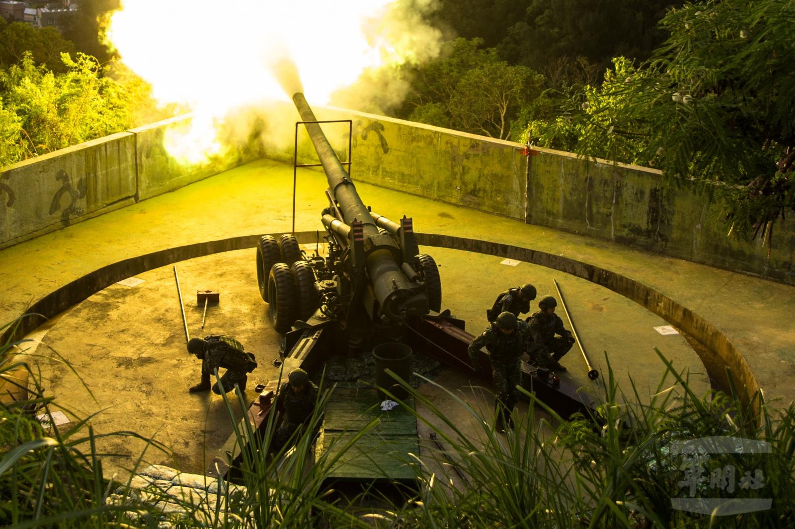 美軍航母軍演航行路線逐漸靠向台灣,美軍核動力攻擊潛艇緊跟隨航母打擊群巡弋;美中反潛機、潛艇暗中部署;美台軍事演習被指同步工作。台灣9月25日於馬祖群島舉行實彈「聯合反登陸作戰」,包括摧毀力超強、具「砲王」榮稱的240毫米榴砲。台灣成功試射「無限高」中程導彈。(圖片取自台灣國防部、圖/文 軍聞社周昇煒)