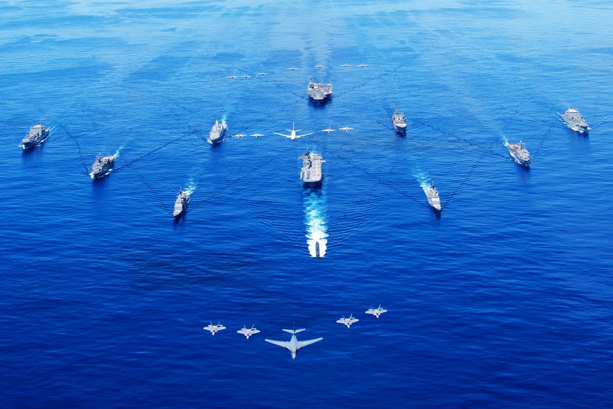 9月25日,美國航母艦隊的新組合,在B-1B戰略轟炸機、F-22猛禽戰鬥機等空中力量的協同下,在菲律賓海亮相。(美國海軍)