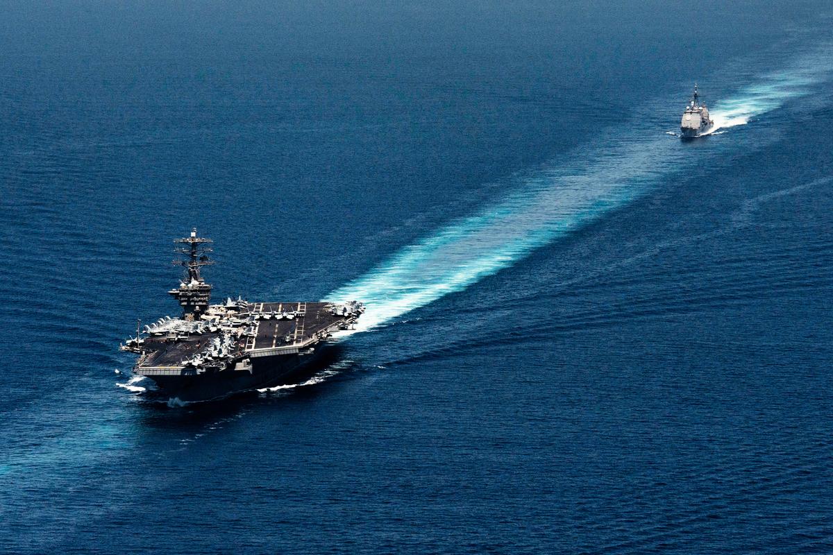 美國海軍航空母艦(左)與導彈驅逐艦(右)(美國海軍)