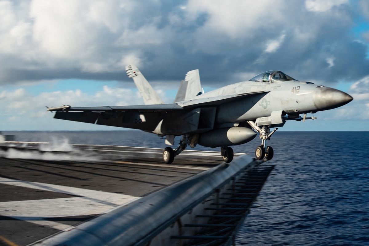 美國海軍里根號航母艦載機F/A-18E起飛瞬間(美國海軍)