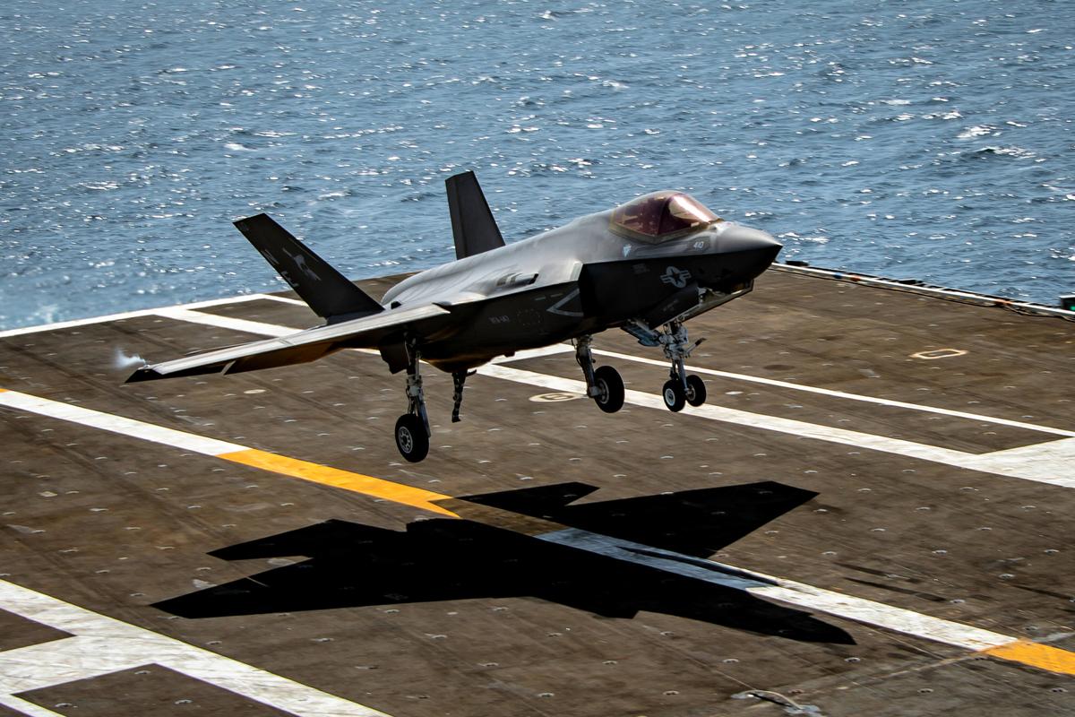 美國海軍最新型艦載機F-35C著落瞬間(美國海軍)