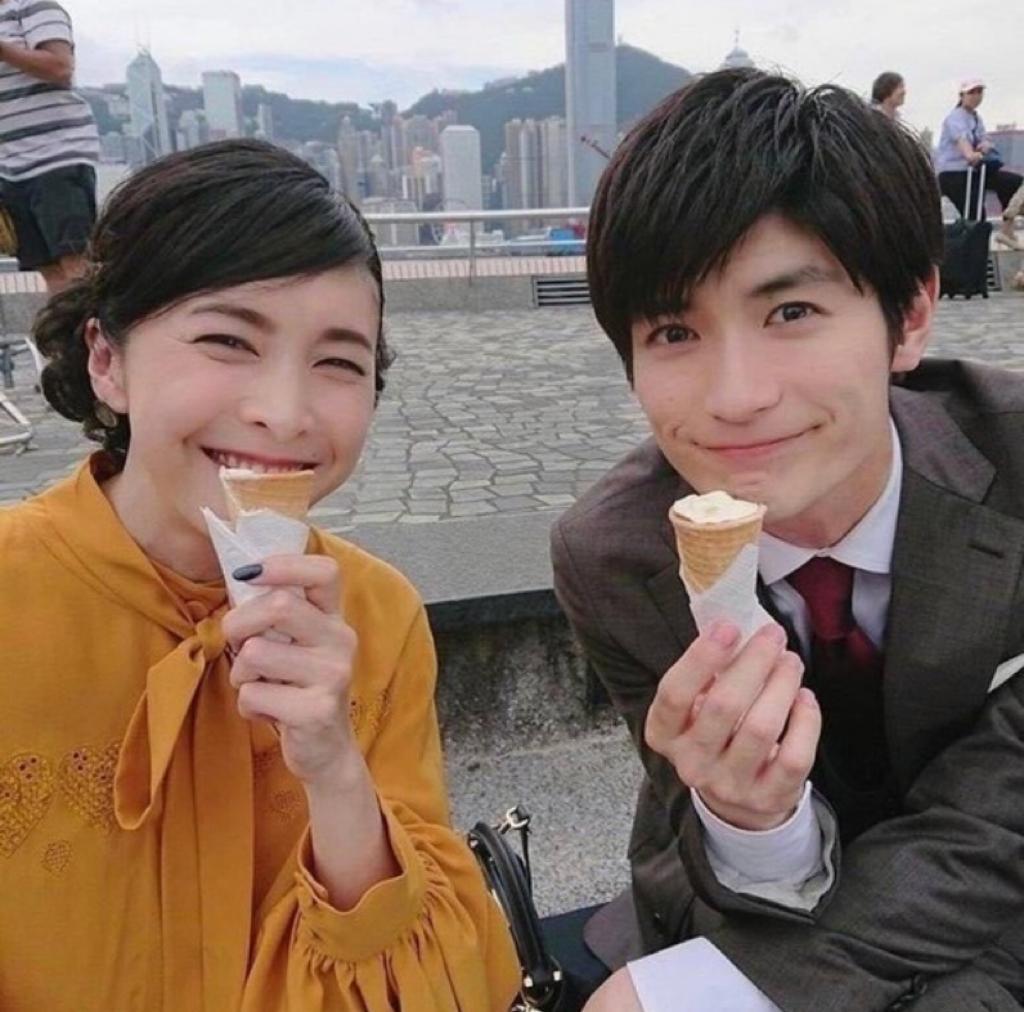 竹內主演的最後一部日劇是富士電視台的《信用詐欺師JP:香港浪漫篇》,2018年曾來港取景拍攝。同片男星三浦春馬亦在2020年自殺身亡。圖為《信用欺詐師JP:公主篇》花絮照。
