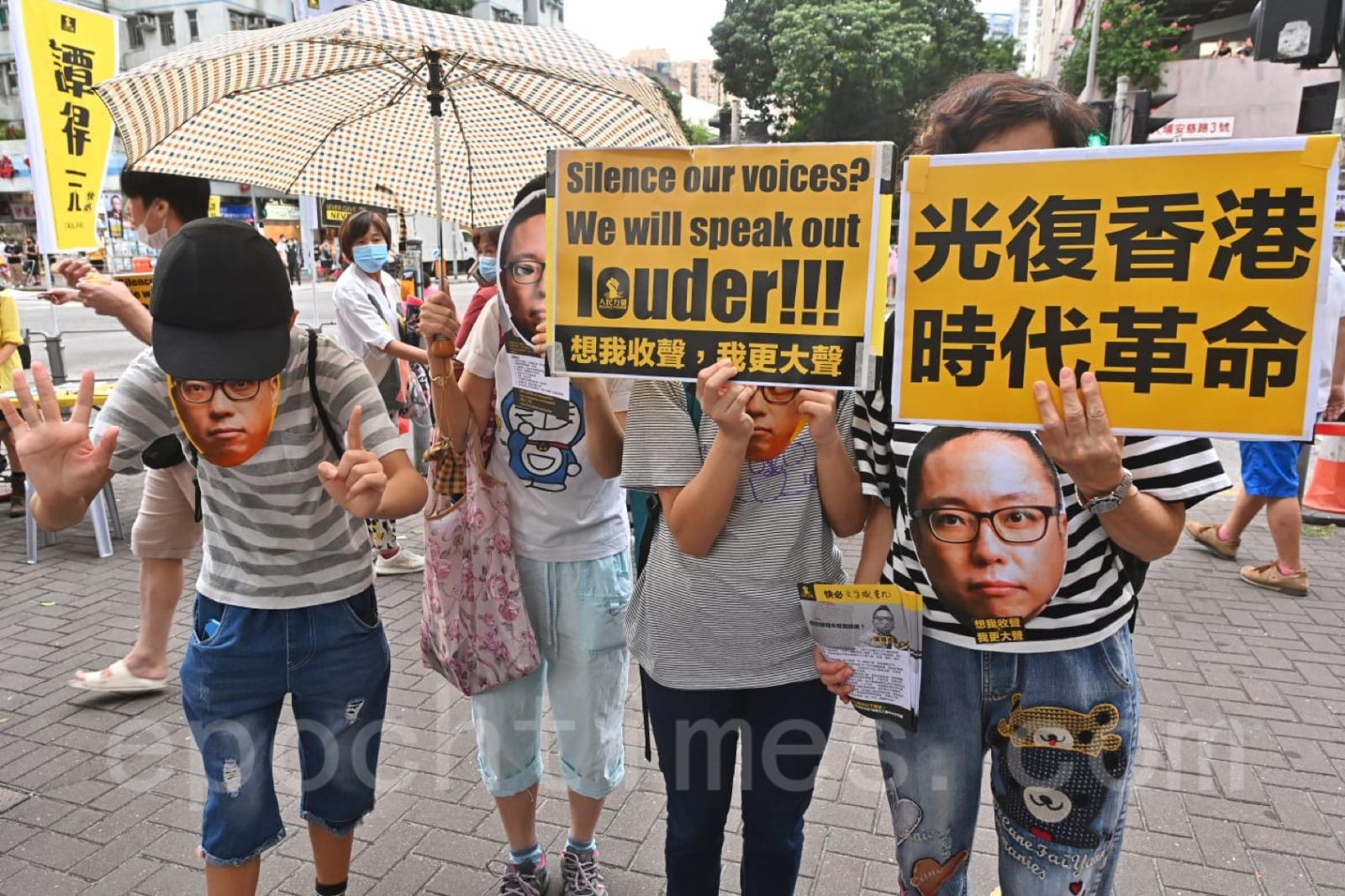 有市民身穿印有「人人都是快必」的上衣,戴上畫有快必的面罩,亦有市民高舉「想我收聲、我更大聲」,「光復香港、時代革命」的標語支持快必。(宋碧龍/大紀元)