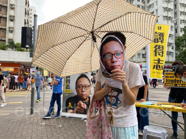 有市民戴上畫有快必的面罩支持快必。(霄龍/大紀元)