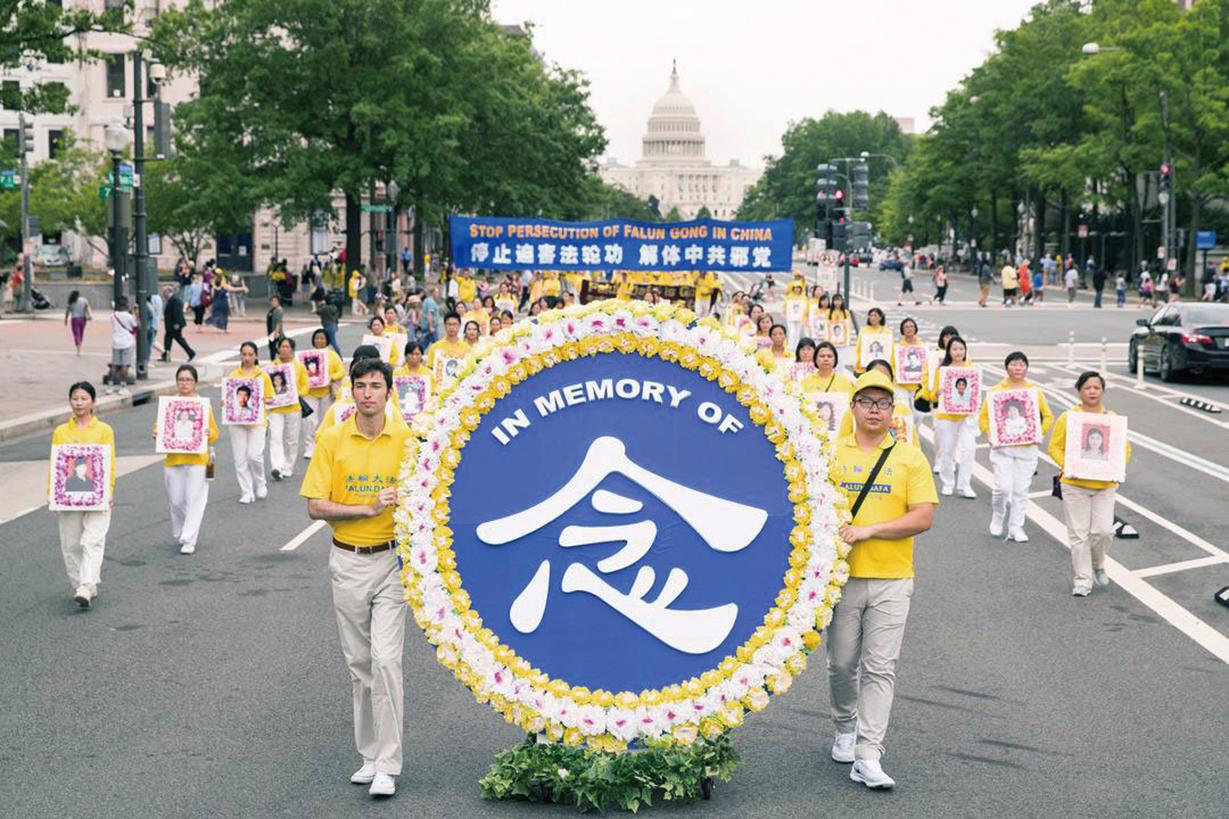 海外的法輪功學員悼念在大陸被中共迫害致死的法輪功修煉者。(明慧網)