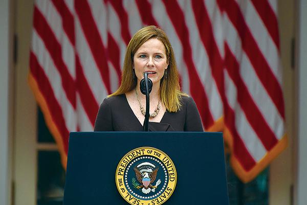美國總統特朗普2020年9月26日在白宮正式提名第七巡迴上訴法院法官艾米科尼巴雷特(Amy Coney Barrett)為最高法院的大法官,以接替剛去世的露絲巴德金斯伯格(Ruth Bader Ginsburg)大法官。(OLIVIER DOULIERY/AFP via Getty Images)