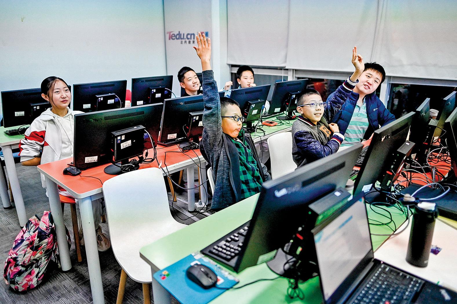中國互聯網文化正在改變一整代人,他們對於吸收牆外資訊的意願大大降低,甚至為防火牆辯護。圖為2019年,一些學生在北京兒童計算機編碼培訓中心上課。(Getty Images)
