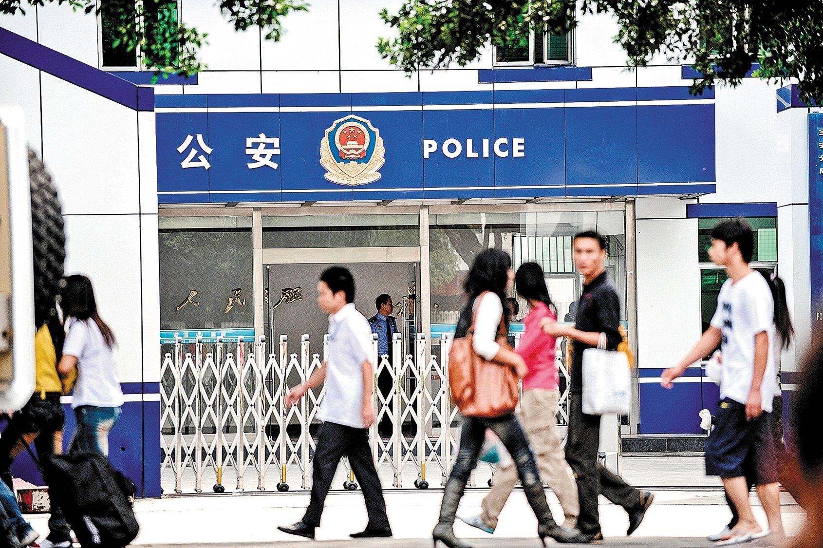 在中國大陸,中共的監控無所不在,每個人的衣食住行都在中共「公安大數據」的掌控之中。圖為廣東深圳一個派出所。(Getty images)