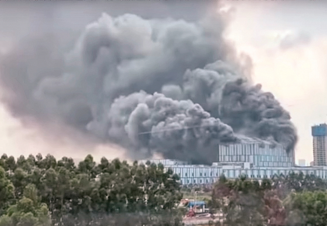 9月25日下午,華為在廣東東莞阿里山路松山湖實驗基地的一棟大樓突發大火。(視頻截圖合成)