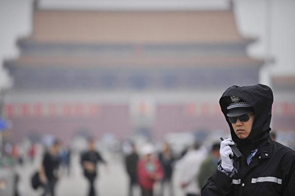 擁有200億美元資產管理規模的丹麥養老金基金AkademikerPension基於中共長期侵犯人權的行為,將出售價值4.87億港元的中國政府債券以及中資股票。圖為中共警察。(PETER PARKS/AFP/Getty Images)