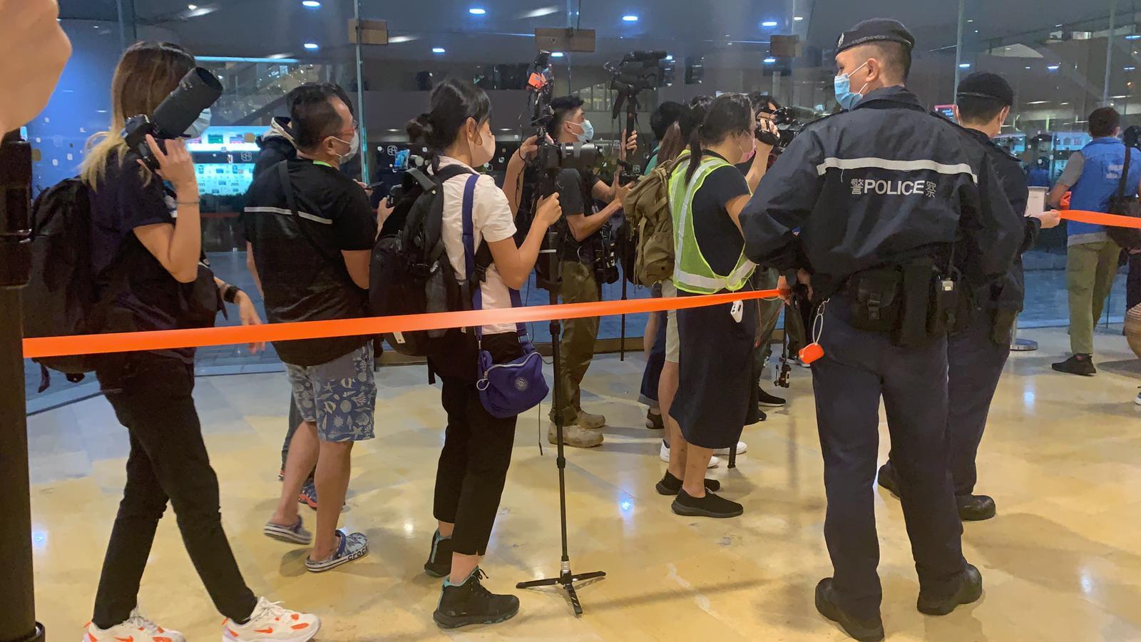 大批警員進入太古廣場並拉起封鎖線,要求部份記者出示記者證,大批傳媒被封。(大紀元/鼓佬)