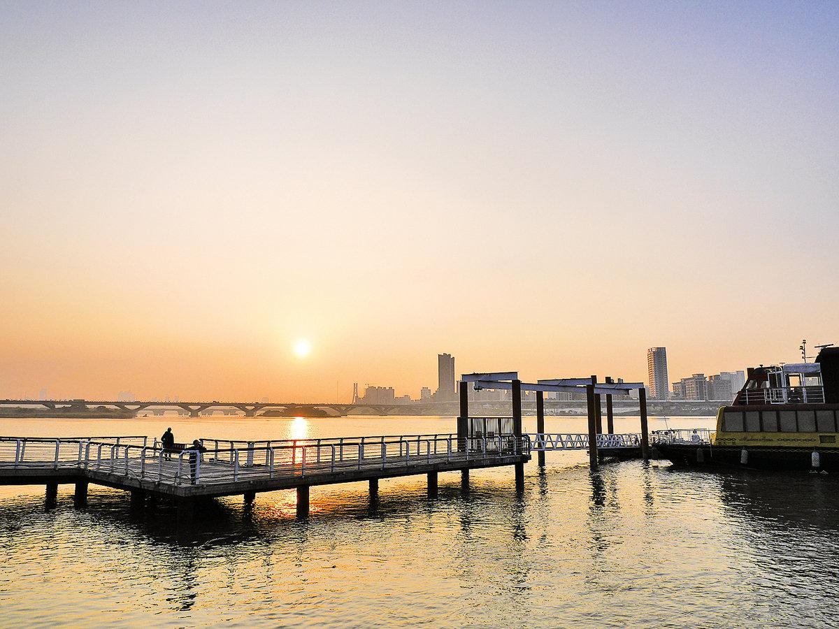 台北大同區大稻埕碼頭五號水門,傍晚可以看到媲美國外海邊的夕陽(廖蔚尹/大紀元)