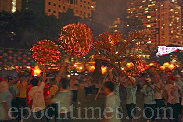 香港中秋彩燈除了追求人月同圓,喜氣洋洋之餘,更重中國傳統文化的意味;舞火龍是香港百年的中秋傳統;用以驅邪消災除瘟疫,當中充滿鄰里間的互相扶持和關愛。(潘在殊/大紀元)