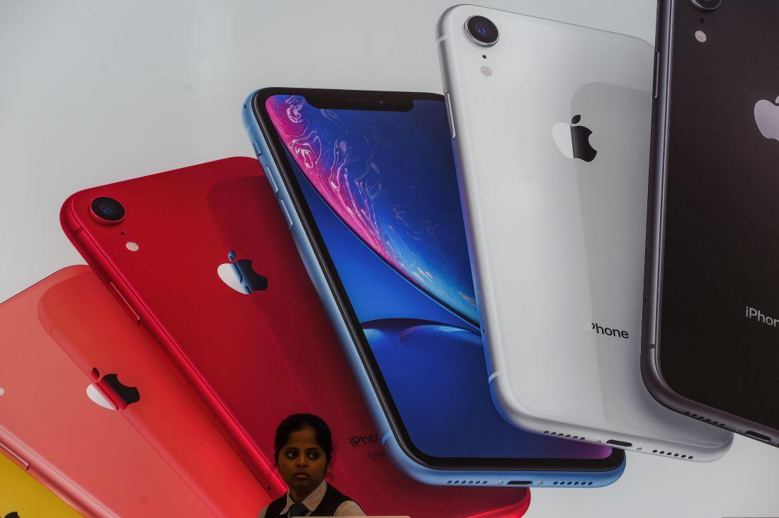 據知情人士透露,蘋果公司三大頂級合同供應商計劃在未來五年內,向印度投資近9億美元,擴大印度的蘋果設備生產。圖為2019年8月,孟買首家蘋果商店。(Photo by Indranil MUKHERJEE / AFP)