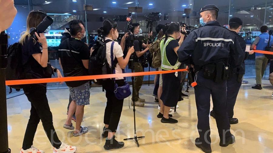 【圖片新聞】太古「和你Shop」紀念傘運六周年 警方截查市民帶走一男童