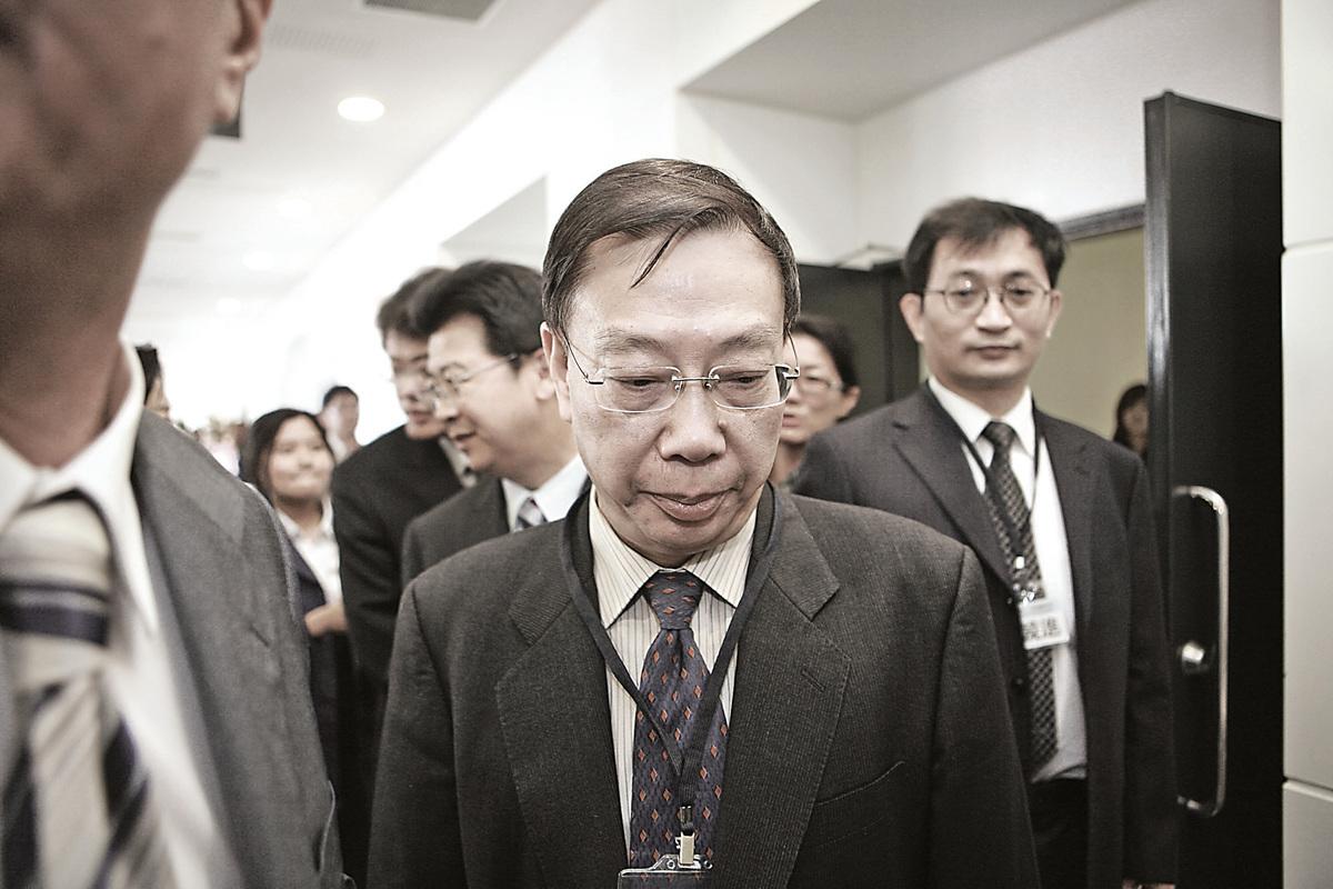 中共衛生部前副部長黃潔夫將參與在香港舉行的國際器官移植協會大會,因其大量參與強摘器官,引起外界強烈質疑和抵制。(宋碧龍/大紀元)