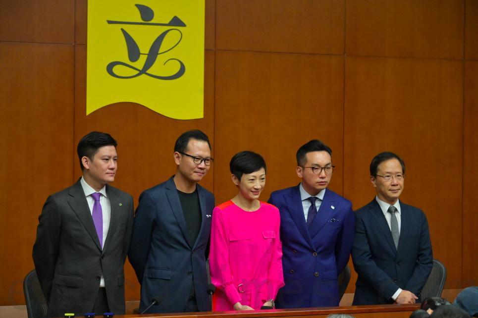 公民黨立法會議員譚文豪(左一)、郭榮鏗(左二)、楊岳橋(右二)、郭家麒(右一)陪同陳淑莊(中)舉行記者會。(郭威利/大紀元)