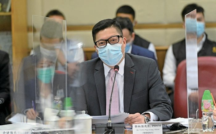 警務處處長鄧炳強昨日下午出席油尖旺區議會會議,被批評「大話冚大話」。(宋碧龍/大紀元)