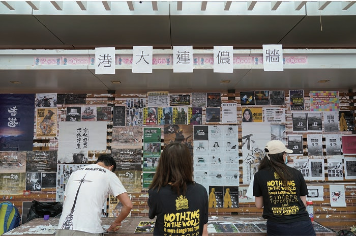 港大學生會昨日下午重建上周被破壞的大學街上層連儂牆。(余鋼/大紀元)