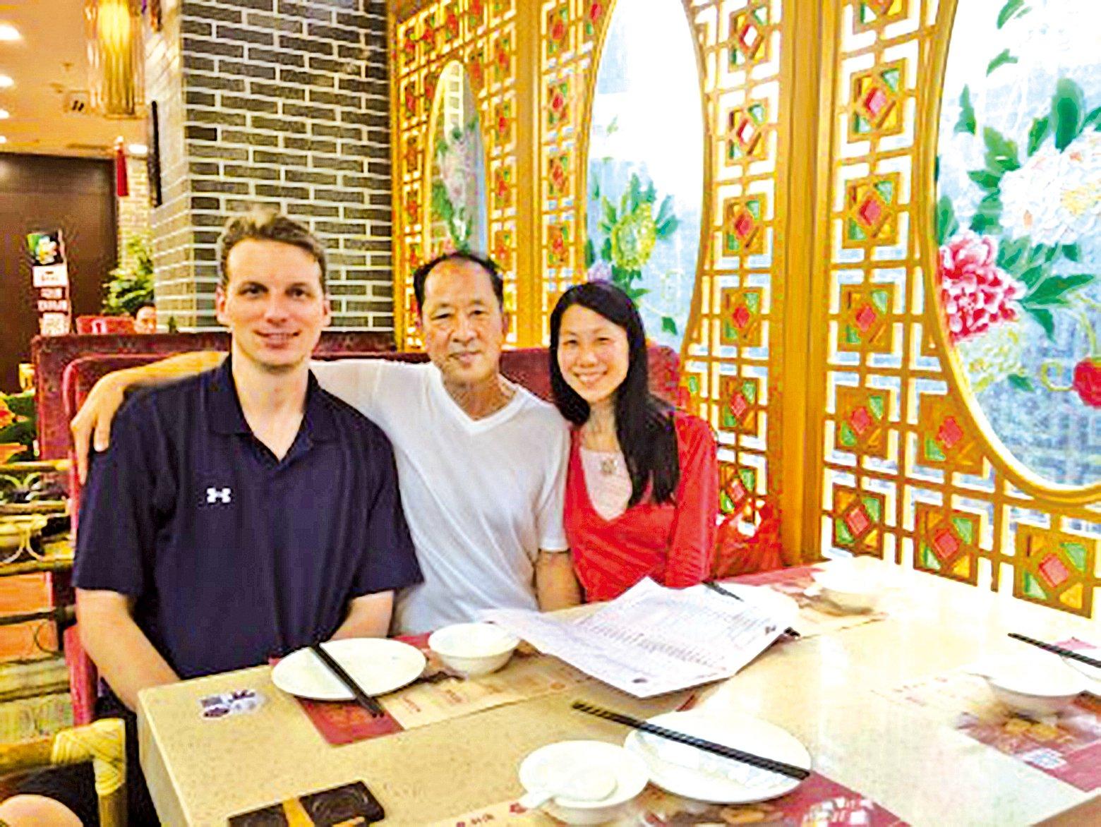 王曉丹(右)18歲離開父親王治文(中),18年後才與父親在中國重逢,可重逢是那麼短暫。左一為王曉丹丈夫傑夫。(王曉丹提供)