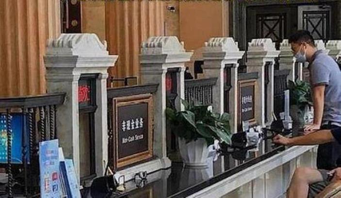 中國上海市一家銀行業務大廳的業務窗口樣式猶如墓碑,引發爭議。(電視節目影片截圖)