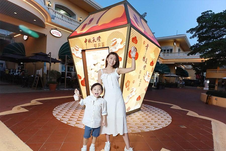 中秋佳節將至,黃金海岸商場呈獻「天燈映月圓」,於中庭設置3.5米高的巨型「璀璨中秋天燈」裝置。(公關提供)