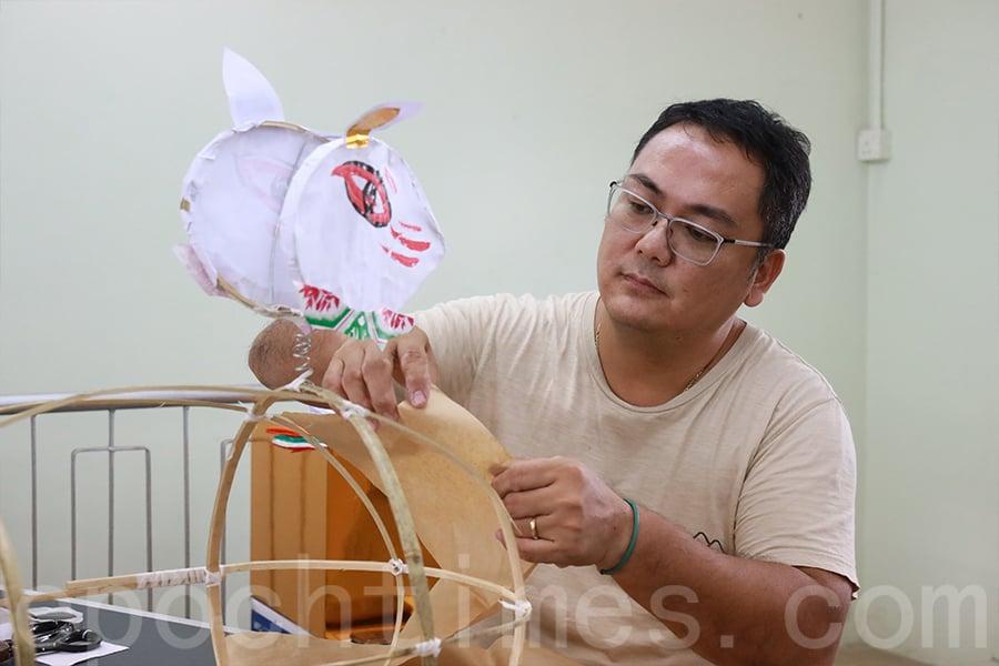 以竹篾紮出兔身和兔頭,接著在兔身鋪上一層牛皮紙。(陳仲明/大紀元)