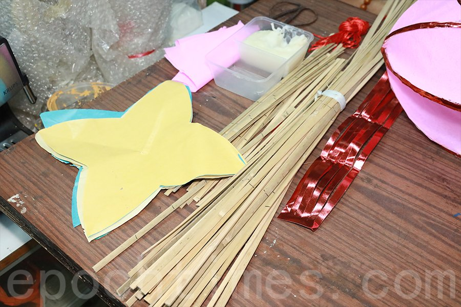 紙紮楊桃燈籠所需材料。(陳仲明/大紀元)