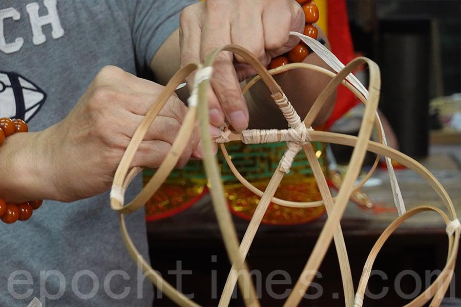 楊桃造型紙紮燈籠骨架只需要三個大圓形竹框和三個小圓形竹框,合成後便可以形成楊桃的雛形。(曾蓮/大紀元)