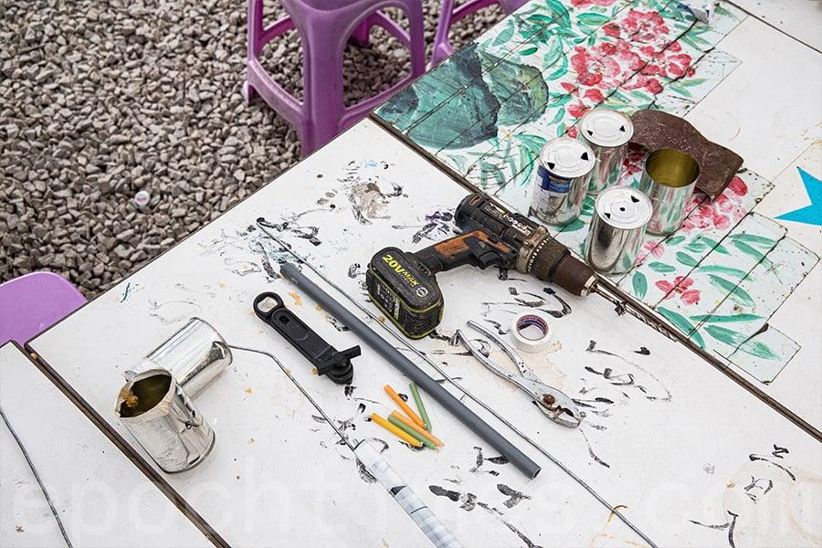 只需要兩個嘜仔罐、鐵線、電線膠紙、竹竿或鐵通,十多分鐘就可以完成一個燈籠。(陳仲明/大紀元)