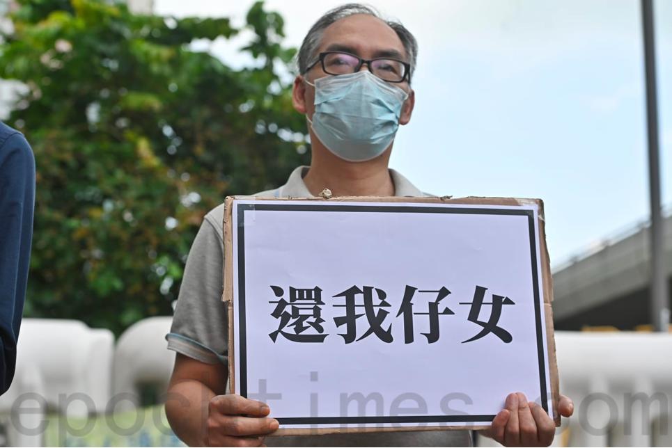 鄭子豪的爸爸呼籲國際關注所有被捕抗爭者。(宋碧龍/大紀元)