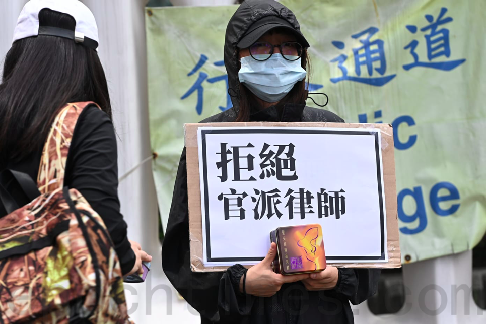 黃偉然的太太呼籲香港人持續關注12個家庭。(宋碧龍/大紀元)