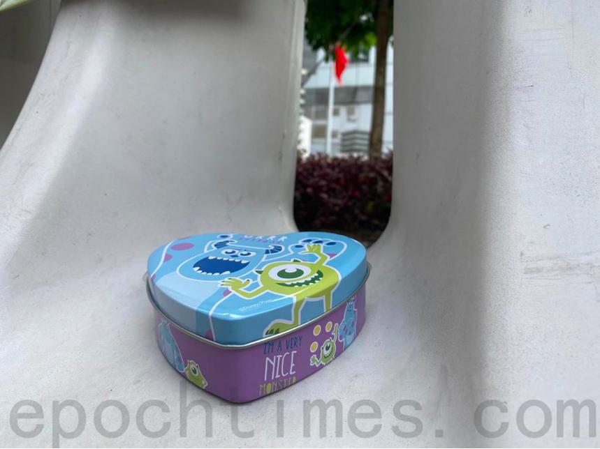 李子賢的媽媽說,月餅盒上的卡通人物是她與兒子一起看電影的美好回憶。(霄龍/大紀元)