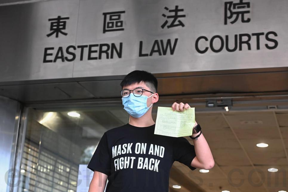 9月30日,黃之鋒在東區法院提堂後步出法院。(宋碧龍/大紀元)