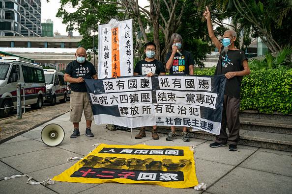 社民連和長毛(梁國雄)在香港中聯辦外抗議。(MAY JAMES/AFP via Getty Images)
