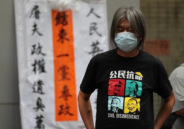 長毛(梁國雄)在香港中聯辦外抗議。(MAY JAMES/AFP via Getty Images)