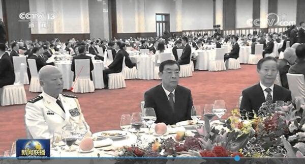 中共前海軍司令員吳勝利(左一)現身「十一」招待會。(影片截圖)