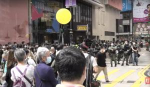 【銅鑼灣現場】年輕人吹響「海闊天空」市民升起黃氣球被警查