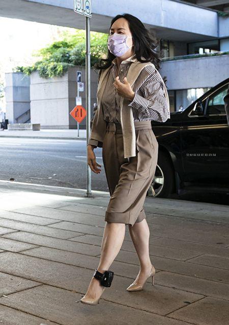 華為原首席財務長孟晚舟的引渡案周一(9月28日)再次開庭,圖為孟晚舟戴著台灣產口罩出庭。(Photo by Rich Lam/Getty Images)