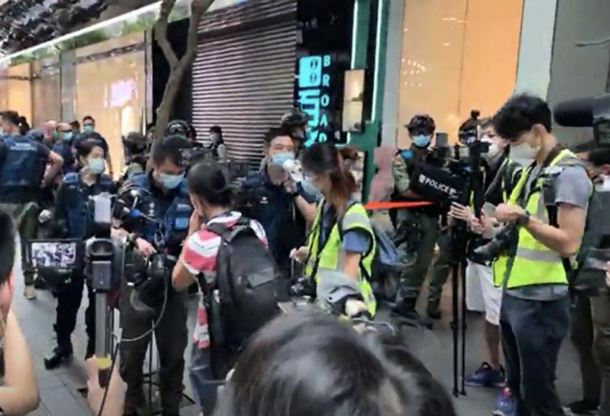 【銅鑼灣現場】警察拉封鎖線逐一檢查記者證 網媒記者收到告票